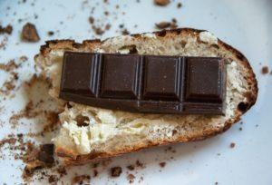 Merenda con pane e cioccolato